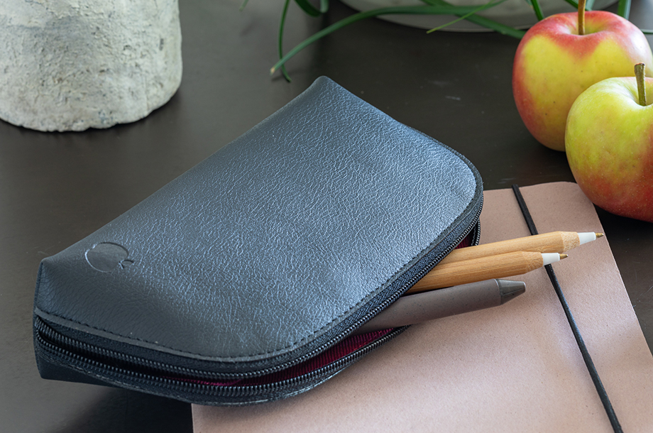 apple leather toiletry bag-black mood 1